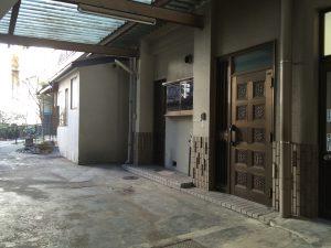 千代田ヴィレッジの玄関と壁