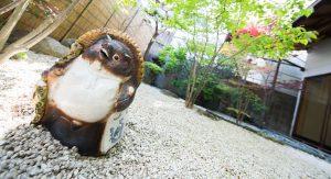 信楽焼のたぬきと日本庭園
